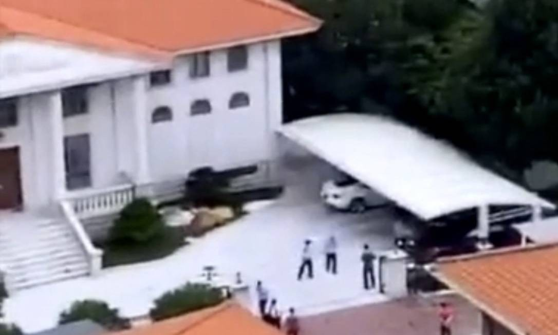 Policiais cercaram a mansão do bilionário He Xiangjian, vítima de uma tentativa de sequestro neste domingo (14) Foto: Reprodução