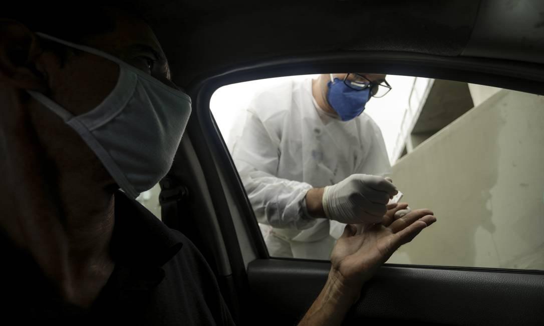 A partir desta segunda-feira, dia 15, a Prefeitura do Rio fará uma operação para testar cinco mil taxistas para o novo coronavírus Foto: Gabriel de Paiva / Agência O Globo