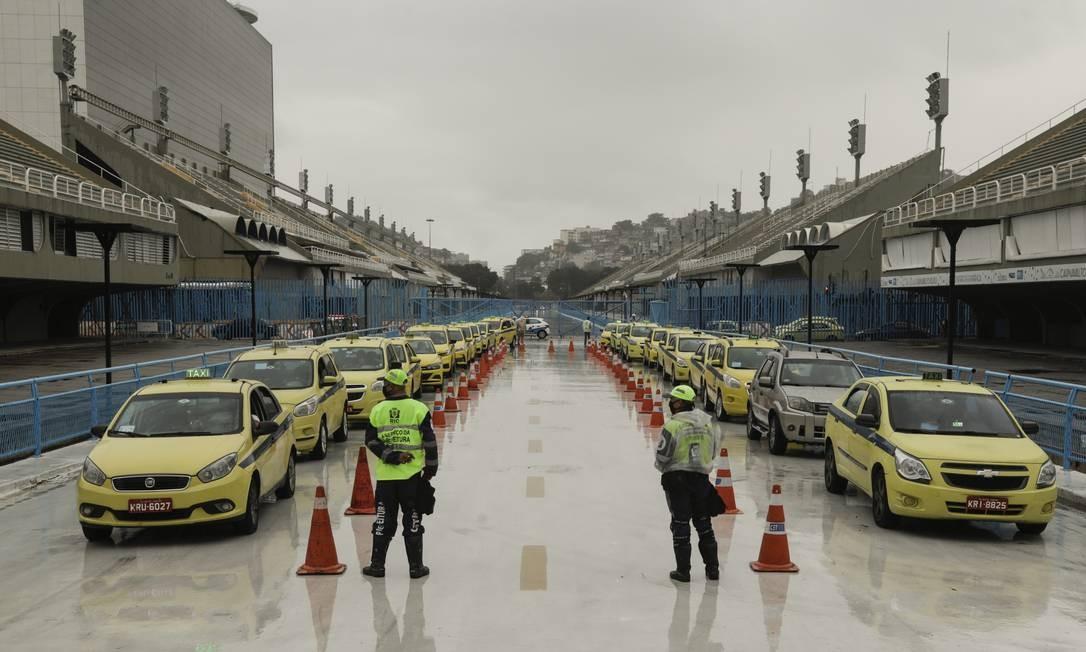 Fila de taxistas na Marquês de Sapucaí Foto: Gabriel de Paiva / Agência O Globo