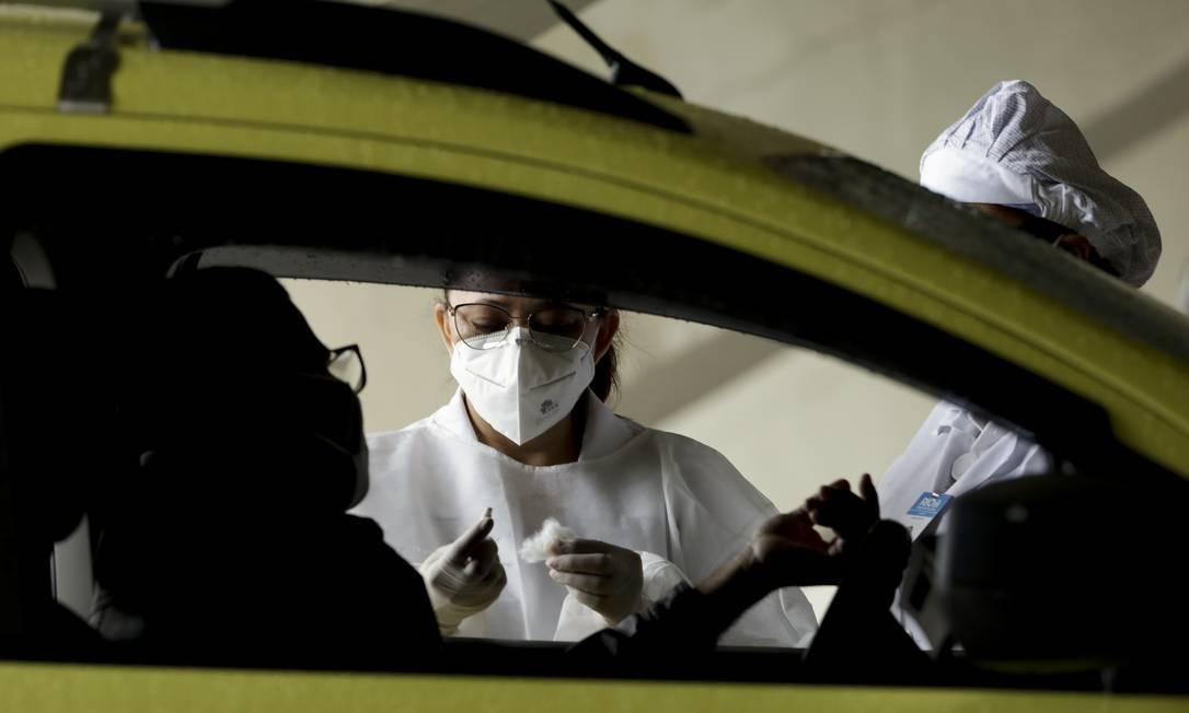 Prefeitura do Rio testa motoristas de táxi no Sambódromo em sistema de drive-thru , para detectar o coronavírus Foto: Gabriel de Paiva / Agência O Globo