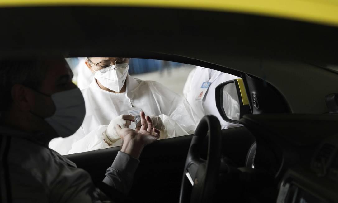 Motoristas de táxi do Rio fazem teste rápido para o novo coronavírus pelo sistema drive-thru. Foto: RICARDO MORAES / REUTERS