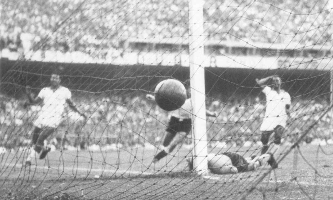 Ghiggia parte para comemorar enquanto os brasileiros lamentam o gol da virada e do título do Uruguai em 1950 Foto: Reprodução