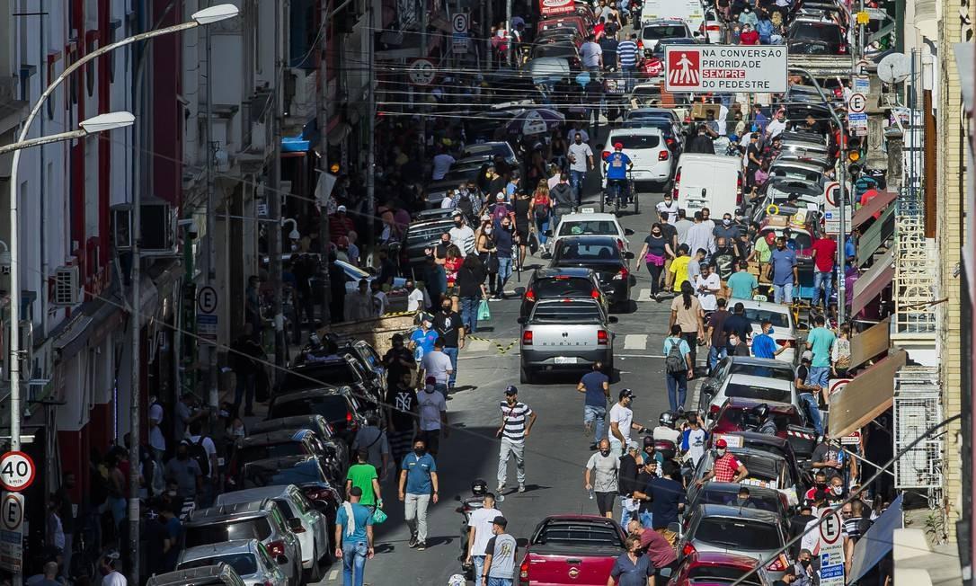 Rua Santa Efigênia, tradicional ponto de comércio de eletrônicos em São Paulo, na semana passada, após reabertura das lojas Foto: Edilson Dantas 11/06/2020 / Agência O Globo