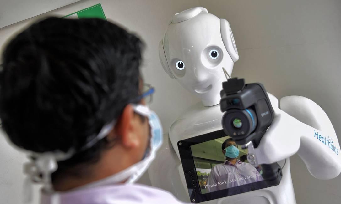 Mitra, um robô equipado com uma câmera térmica instalada para registrar e realizar uma triagem preliminar dos pacientes antes de encaminhá-los aos respectivos médicos especialistas para evitar a disseminação do coronavíru, no hospital Fortis em Bangalore, Índia Foto: MANJUNATH KIRAN / AFP