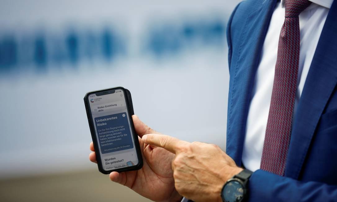 Aplicativo lançado na Alemanha irá notificar usuários que tiverem contato com pessoas com Covid-19 Foto: Hannibel Hanschke / Reuters