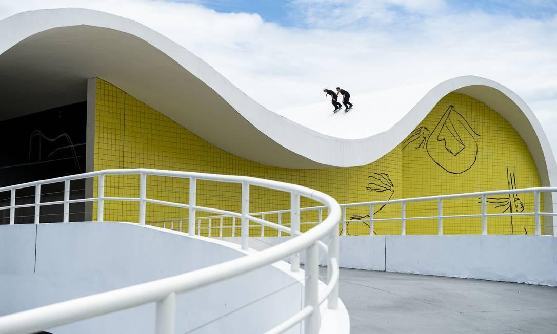 Pedro Barros e Murilo Peres descem de skate o teto do Teatro Popular, no Caminho Niemeyer, em Niteroi. Foto: Marcelo Maragni/Red Bull Content Pool