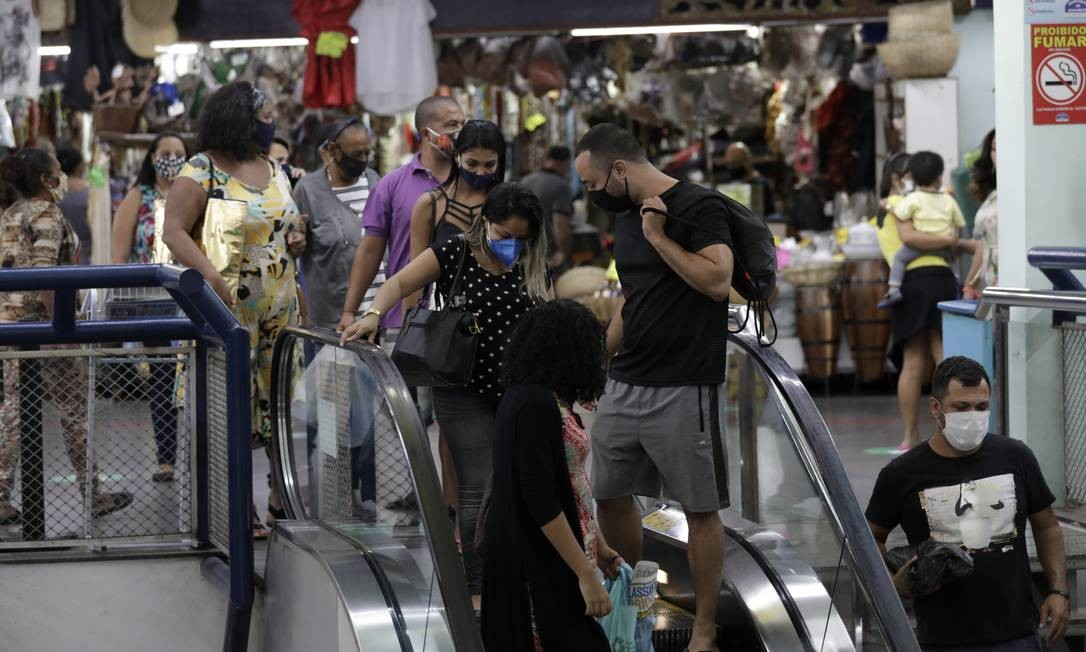 Distanciamento não foi respeitado: o que se viu nesta terça foram muitos focos de aglomeração no Mercadão Foto: Luiza Moraes / Agência O Globo