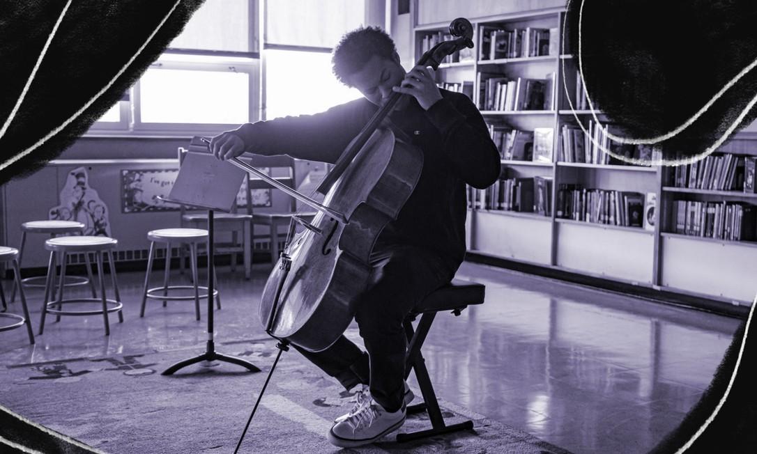 Sheku Kanneh-Mason ensaia antes de tocar para um grupo de estudantes em Baltimore, nos EUA, em janeiro Foto: Greg Kahn/New York Times