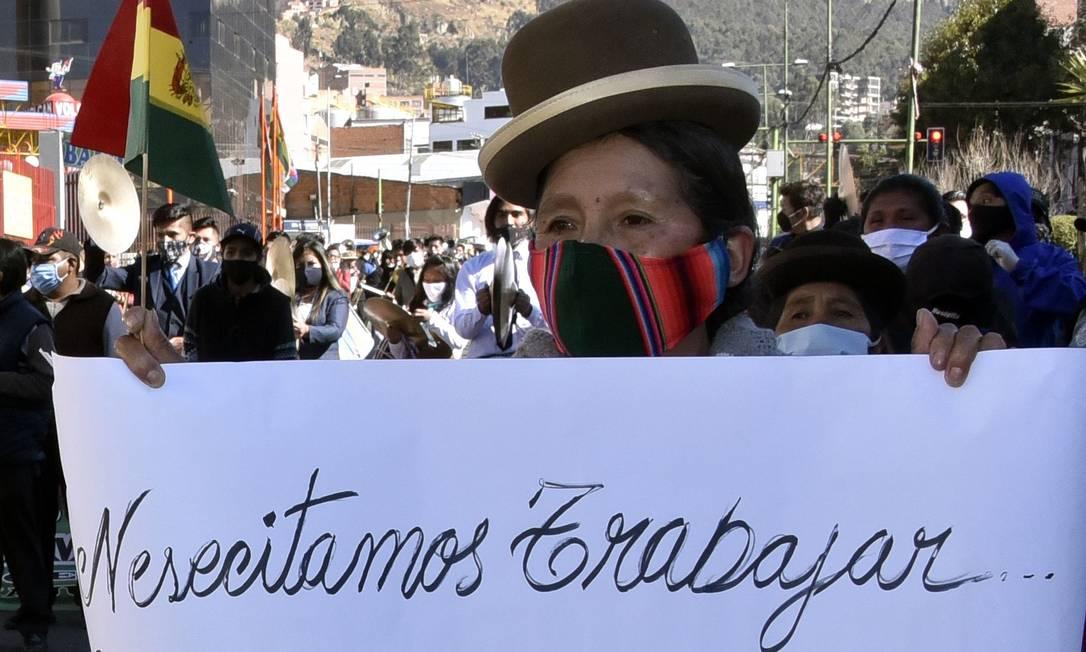 Trabalhadores bolivianos pedem por reabertura do comércio em meio à pandemia Foto: AIZAR RALDES / AFP