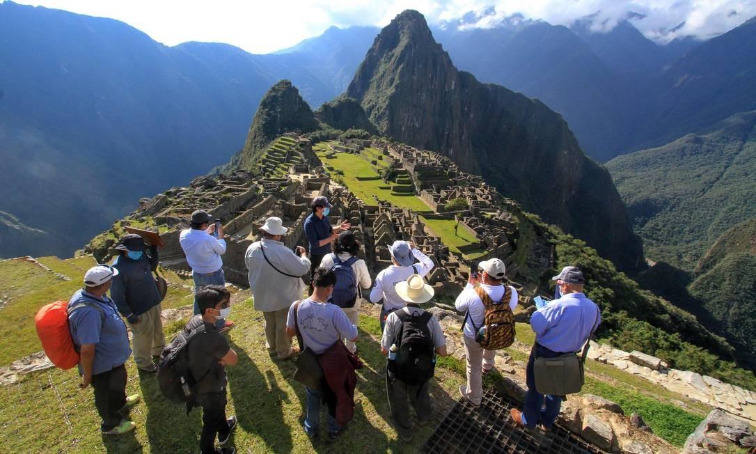 Membros de uma comissão técnica, liderada pelo governador de Cusco, Jean Paul Benavente, visitam as ruínas de Machu Picchu, no Peru, que reabrirão para os turistas em 1º de julho Foto: Percy Hurtado / AFP