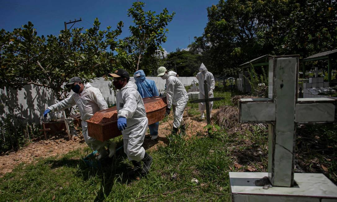 Vítima de Covid-19 é enterrada em cemitério no Pará Foto: TARSO SARRAF/AFP / TARSO SARRAF/AFP