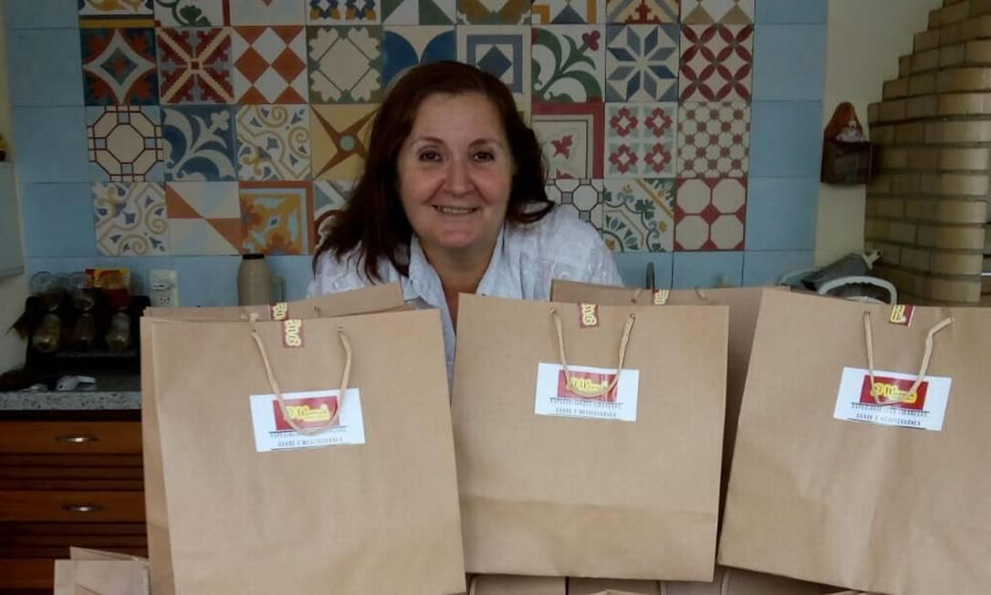 A venezuelana de família libanesa Maria Elias com cestas de produtos para entregar Foto: Divulgação