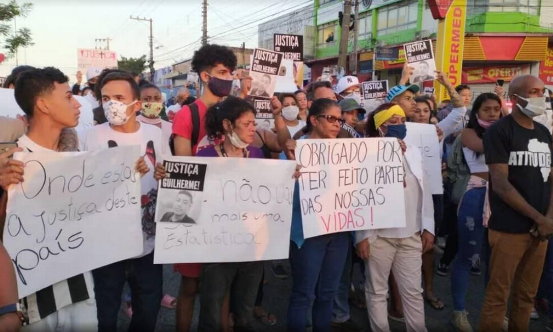 Moradores da Vila Clara protestam contra morte do adolescente, que teria sido assassinado por policiais militares Foto: Reprodução / Reprodução G1/TV Globo