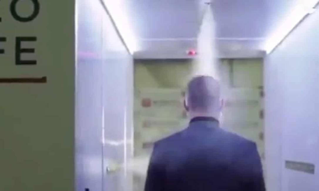 Funcionário passa por túnel de desinfecção instalado na residência oficial do presidente russo Foto: Reprodução