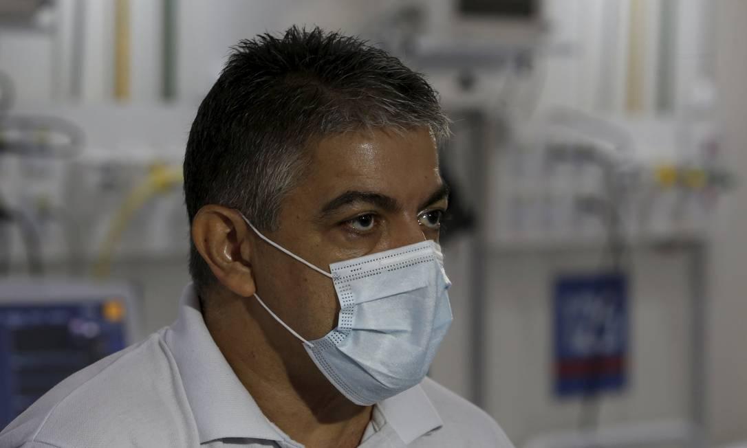 O secretário de Saúde, Fernando Ferry, em visita ao Hospital de Campanha de São Gonçalo Foto: Fabiano Rocha / O Globo - 04.06.2020