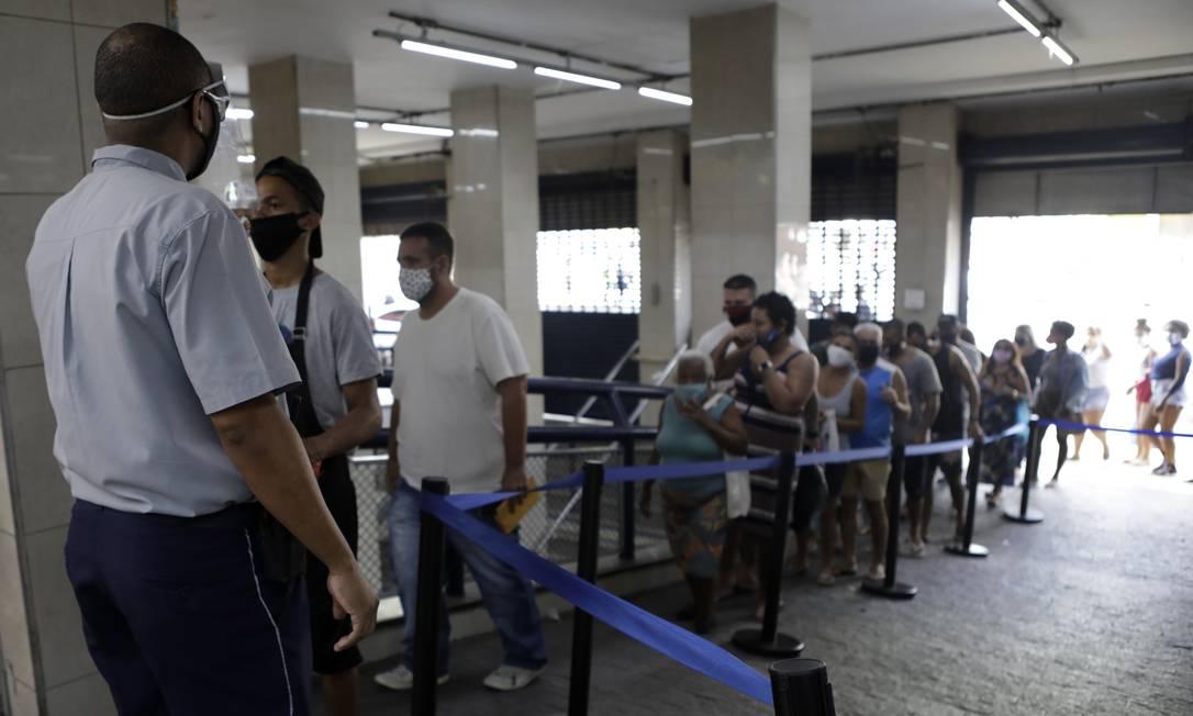 Fila na entrada. Clientes têm a temperatura medida antes de acessar o centro comercial Foto: Luiza Moraes / Agência O Globo