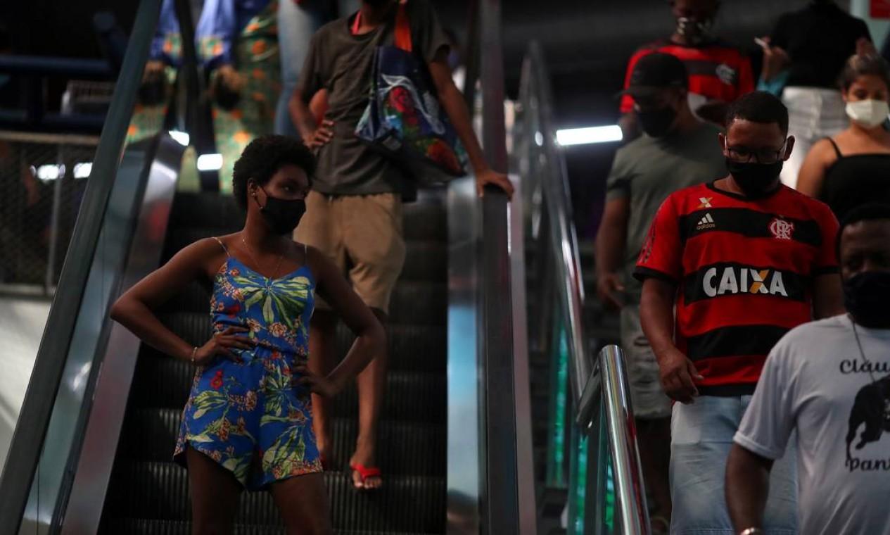 Distanciamento social ignorado no interior do centro comercial, apesar do esforço de funcionários e de sinalizações Foto: PILAR OLIVARES / REUTERS