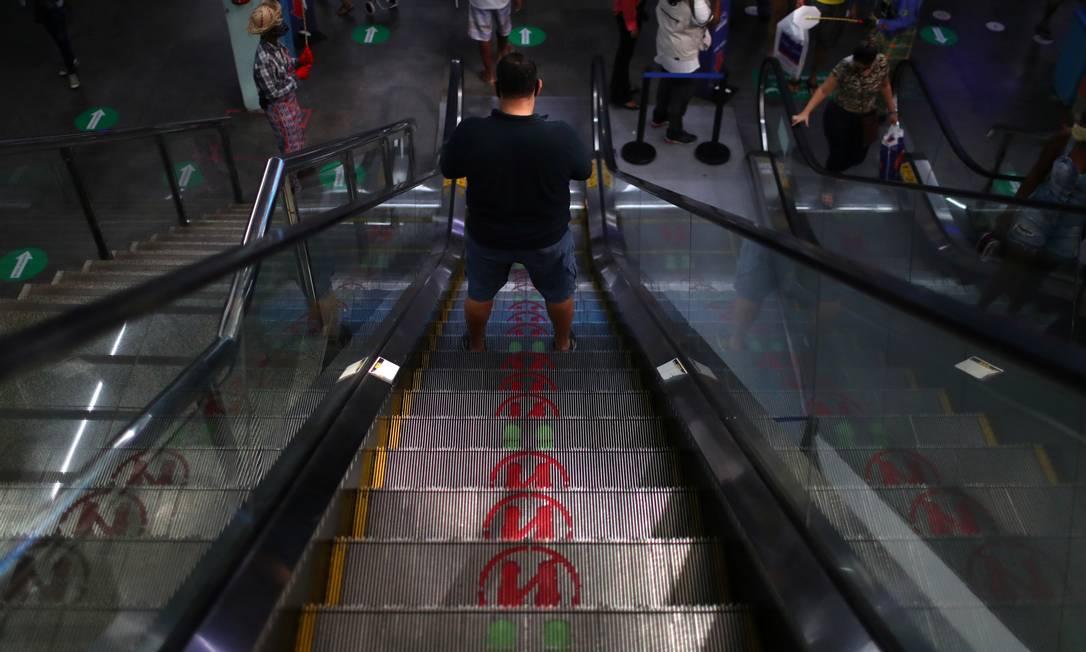 Marcadores de distanciamento social foram instalados, inclusive nas escadas rolantes Foto: PILAR OLIVARES / REUTERS