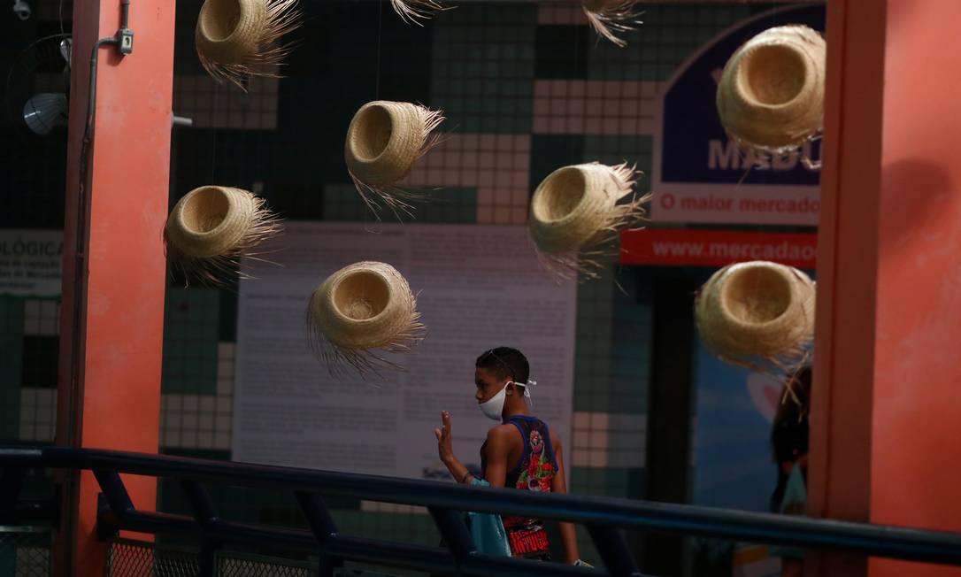 Chapéus de palha enfeitam a entrada de uma loja. Seguindo a agenda de festividades juninas, vestidos de chita, camisas quadriculados e outros adereços ganharam destaque nas vitrines e ficaram entre os artigos mais vendidos Foto: PILAR OLIVARES / REUTERS