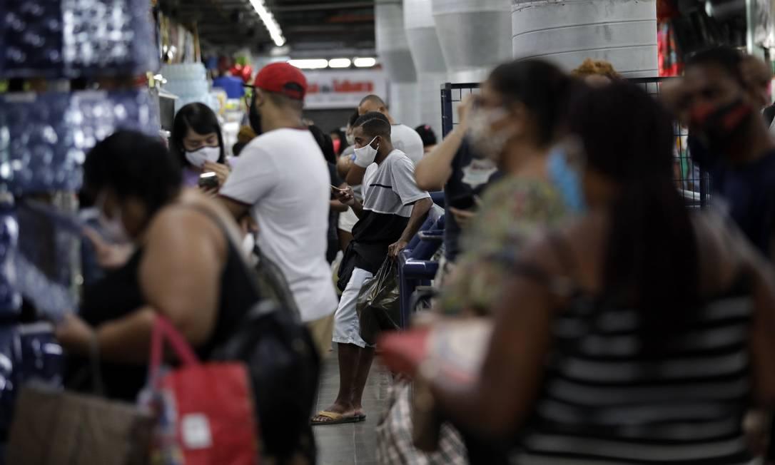 Corredores do Mercadão de Madureira ficaram cheios de consumidores, que chegaram a fazer fila na porta de lojas Foto: Luiza Moraes / Agência O Globo