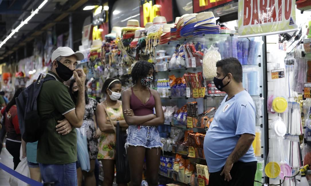Lojas registraram grande procura por artigos para celebrações, apesar das medidas restritivas recomendarem o cancelamento de eventos durante a pandemia Foto: Luiza Moraes / Agência O Globo