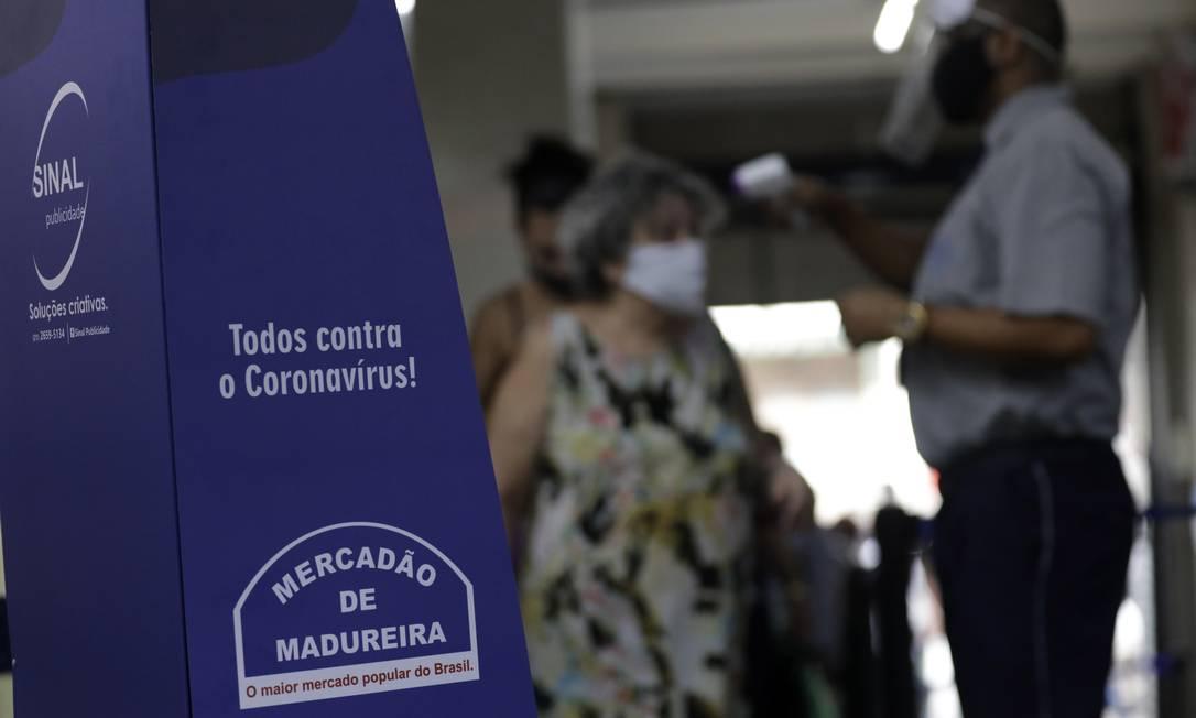 Nos principais acessos ao centro comercial, clientes eram recebidos por funcionários que mediam a temperatura e forneciam álcool em gel Foto: Luiza Moraes / Agência O Globo