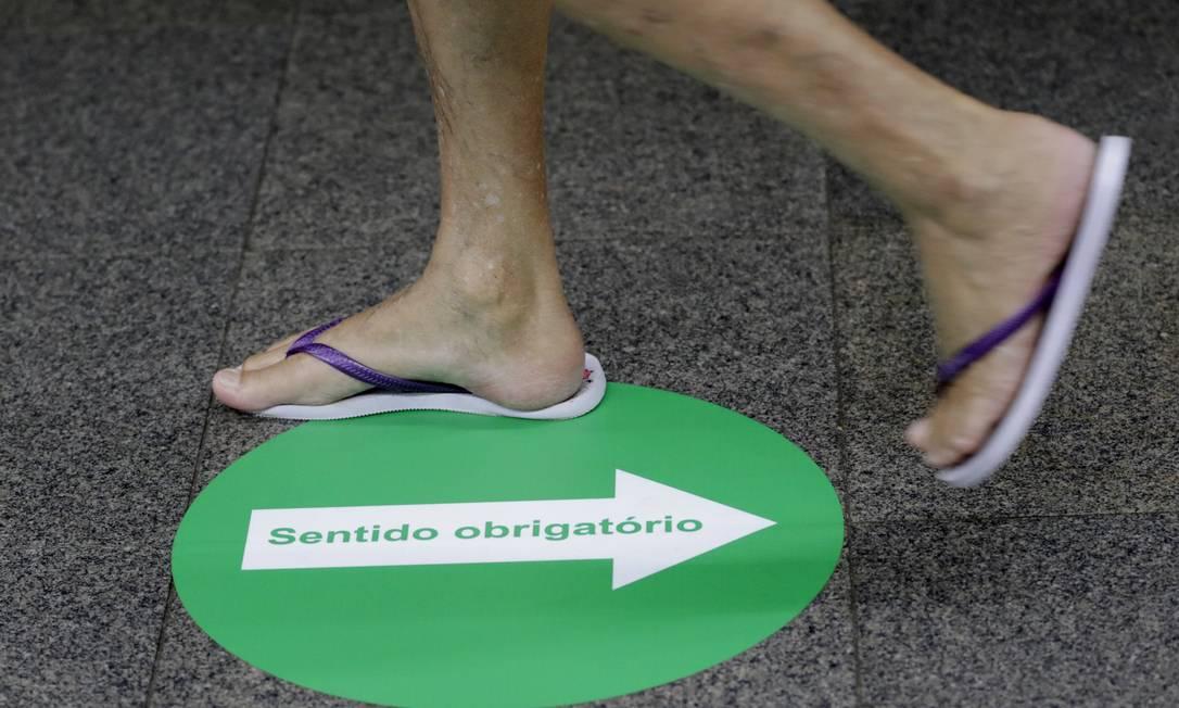 Contramão: marcações no chão tentavam organizar o fluxo de pessoas, o que não era respeitado Foto: Luiza Moraes / Agência O Globo