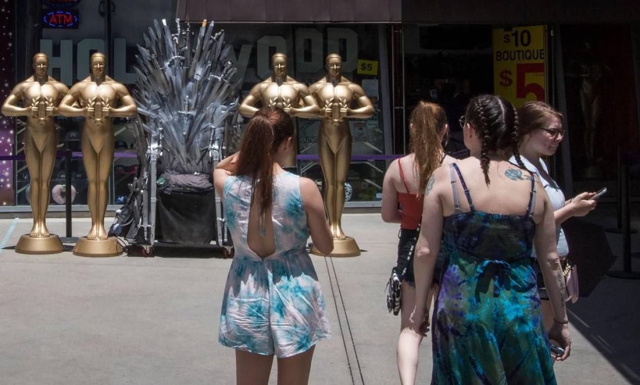 EUA - Visitantes em uma loja aberta recentemente em Hollywood, em 12 de junho. A Califórnia permitiu a retomada da produção de filmes, televisão e música. Enquanto isso, organizadores adiam o a festa de premiação do Oscar do próximo ano por dois meses, até 25 de abril Foto: MARK RALSTON / AFP