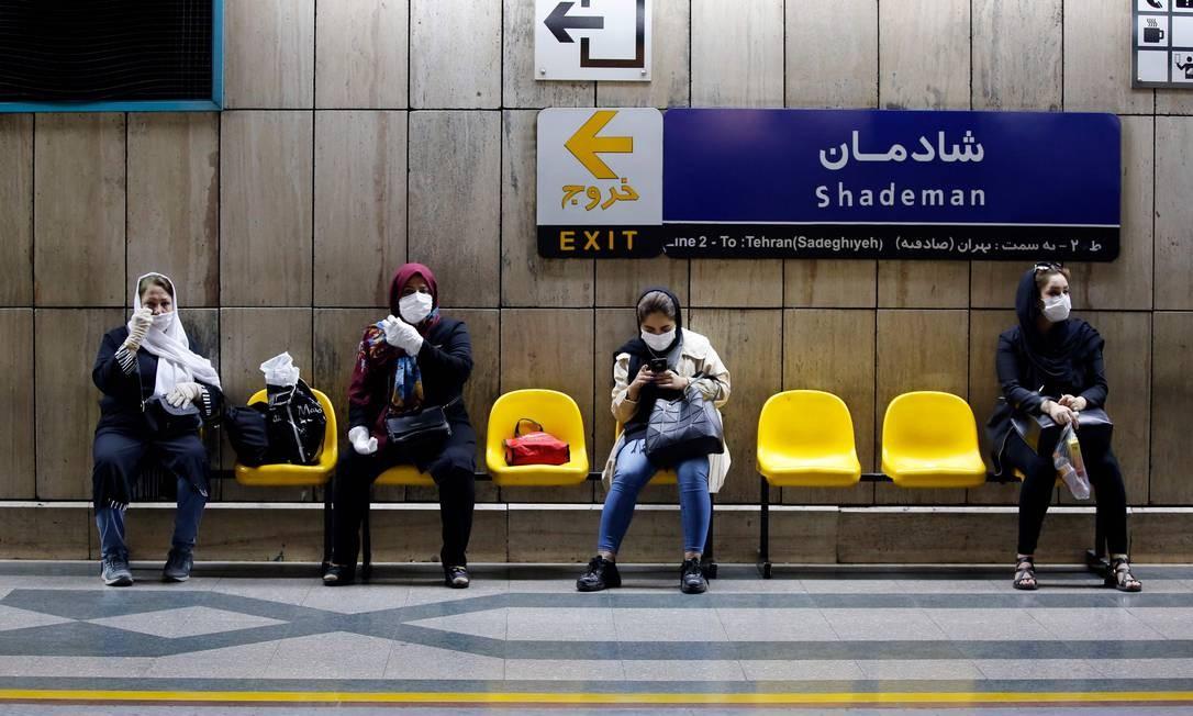 IRÃ - Mulheres iranianas com máscaras esperam por trem em uma estação de metrô na capital, Teerã, em 10 de junho. Quase um em cada cinco iranianos pode ter sido infectado com o novo coronavírus desde o início do surto no país, em fevereiro. Número representa 18,75% da população de mais de 80 milhões de habitantes do Irã, que em 9 de junho anunciou outras 74 mortes pelo coronavírus Foto: STRINGER / AFP