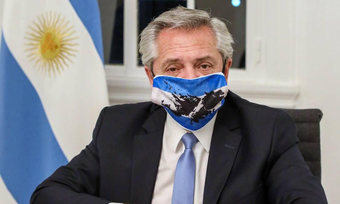 Presidente da Argentina, Alberto Fernández, usa máscara em foto na residência oficial da presidência em Olivos Foto: ESTEBAN COLLAZO / AFP