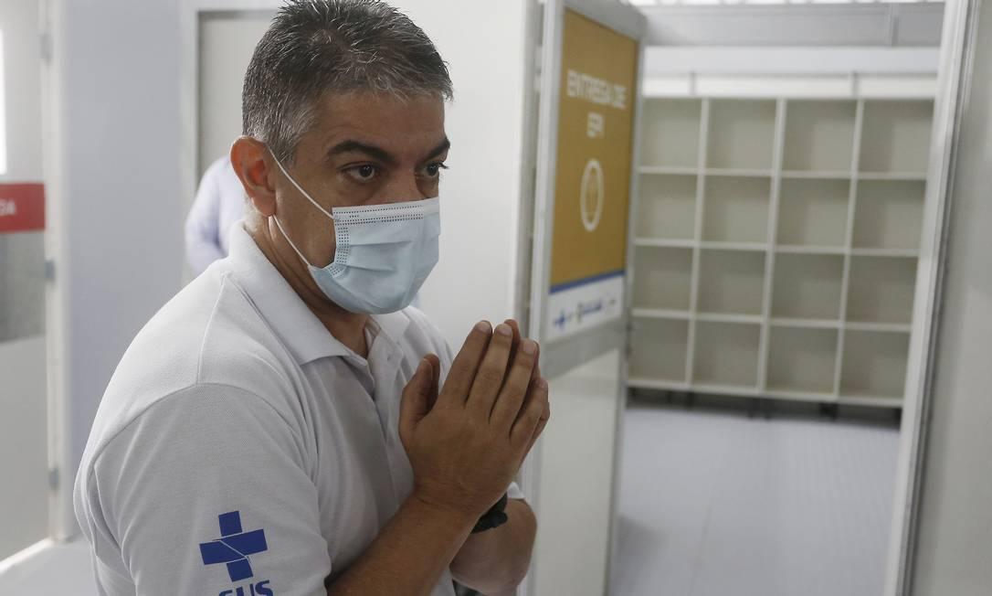 Secretário de Saúde, Fernando Ferry, durante visita ao Hospital de campanha de São Gonçalo: unidade deve receber pacientes nesta quinta-feira Foto: Fabiano Rocha em 4-6-2020 / Agência O Globo