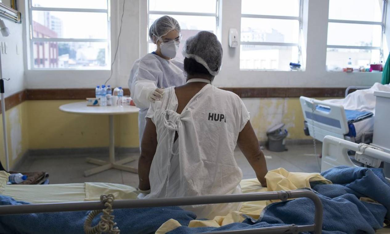 A paciente Ruth Pereira de Barros, 68 anos, moradora da Tijuca e internada há três meses no hospital. Nesta ala, pacientes fazem fisioterapia e são acompanhados na recuperação, sem contato com outros pacientes que estão positivos para o vírus Foto: Márcia Foletto / Agência O Globo