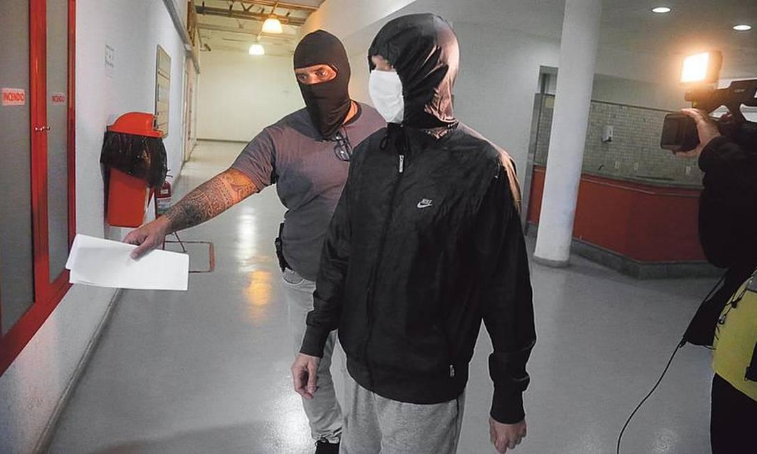 Superintendente de Orçamento e Finanças da Secretaria de Saúde (de casaco) é preso: acusado de fraude Foto: Fabiano Rocha / Agência O GLOBO