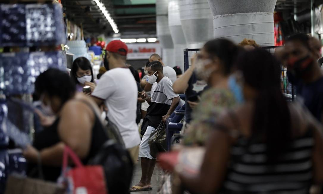 Em Madureira, na Zona Norte, volta do Mercadão juntou muita gente esta semana. Muito perto dali, em Vaz Lobo, taxa de contaminação pelo coronavírus é de 35,71% Foto: Luiza Moraes / Agência O Globo