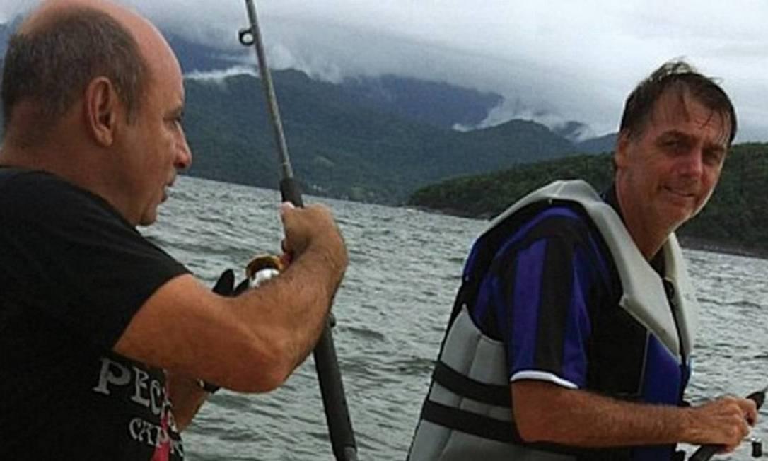 Fabrício Queiroz ao lado de Jair Bolsonaro em pescaria no mar de Angra dos Reis, em 2013 Foto: Reprodução
