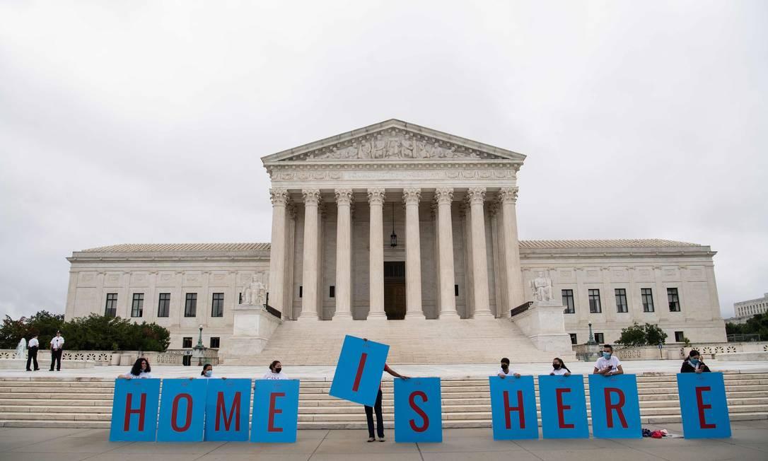 Ativistas fazem protesto a favor do programa conhecido como Daca, diante da Suprema Corte dos EUA Foto: NICHOLAS KAMM / AFP