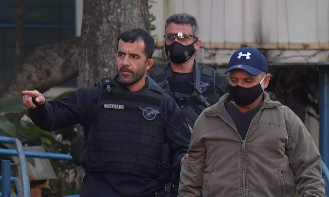 Fabrício Queiroz chega ao Instituto Médico Legal, em São Paulo, acompanhados de policiais Foto: Nelson Almeida / AFP
