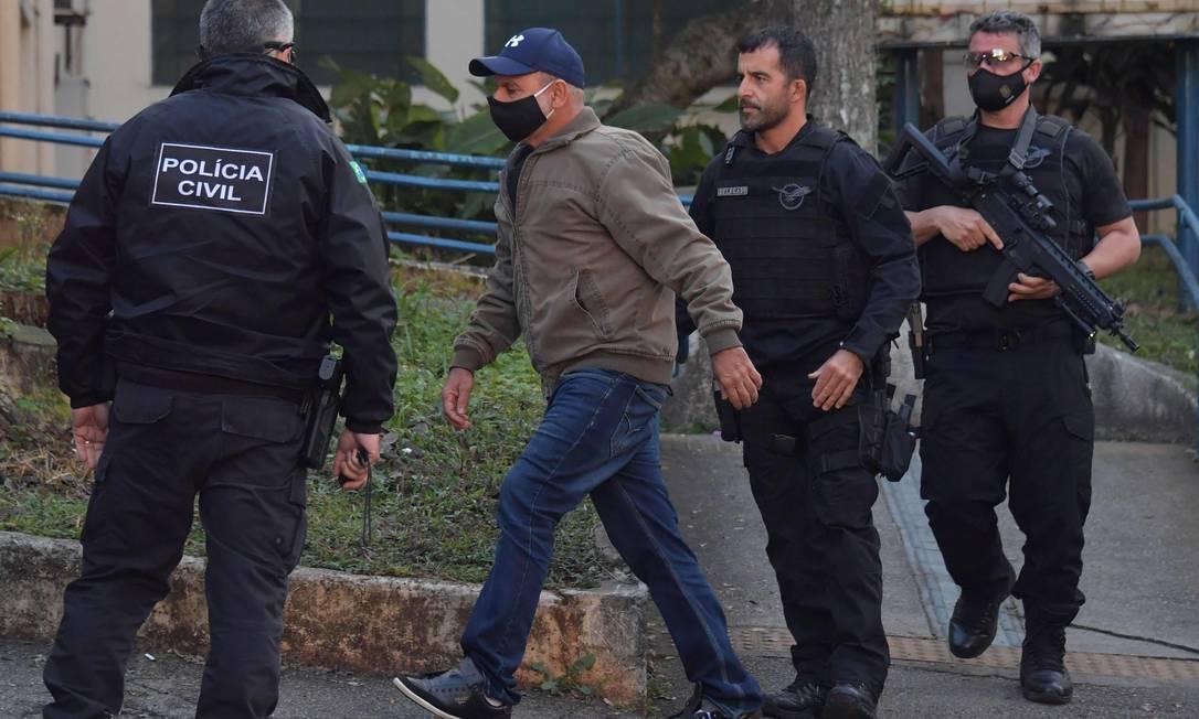 Usando máscara de proteção e boné azul, Queiroz fez exames de praxe no IML, na capital, depois de ter sido preso em Atibaia Foto: Nelson Almeida / AFP
