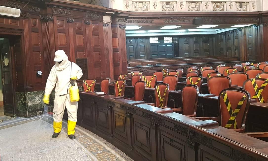 Um funcionário terceirizado desinfecta o plenário Foto: Luiz Ernesto Mahalhães / Agência O Globo