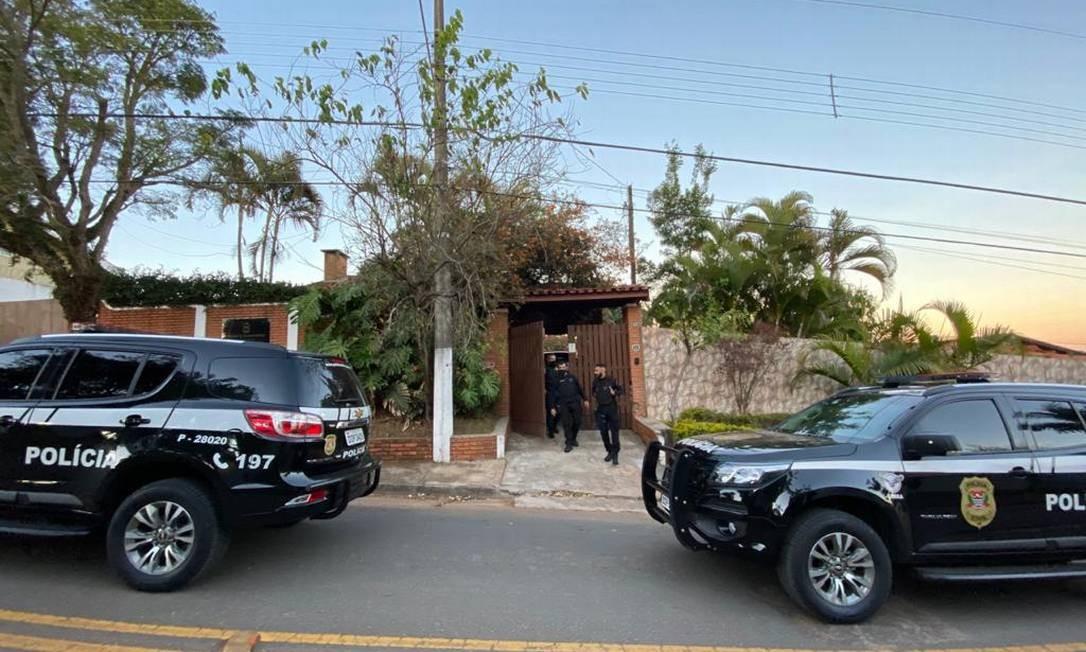 Policiais em frente à casa do escritório na prisão de Queiroz Foto: Agência O Globo