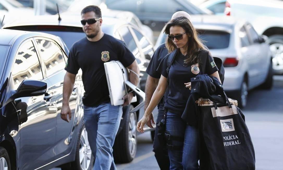 Agentes da Polícia Federal cumprindo mandados de busca e apreensão Foto: Pablo Jacob / Agência O Globo