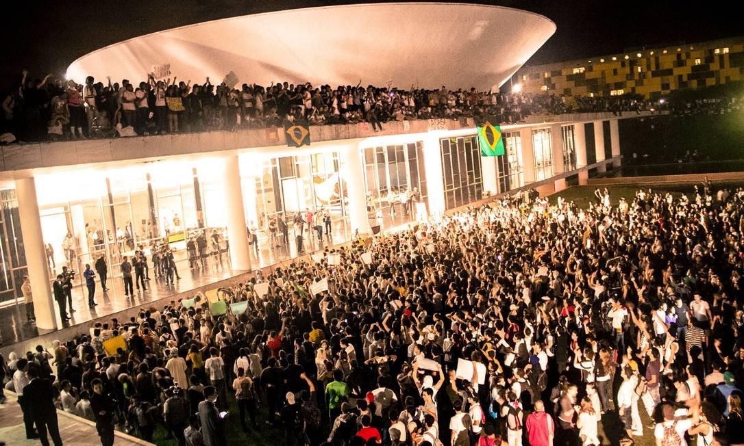 Cena da ocupação do Congresso Nacional, um dos fatos abordados no longa Foto: Divulgação
