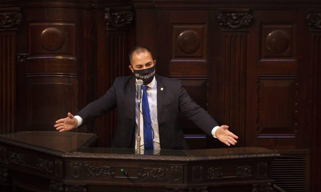 """Com uma máscara com as palavras """"Fora Witzel"""", o deputado Filippe Poubel (PSL) atacou o governador em um longo discurso Foto: Gabriel Monteiro / Agência O Globo"""