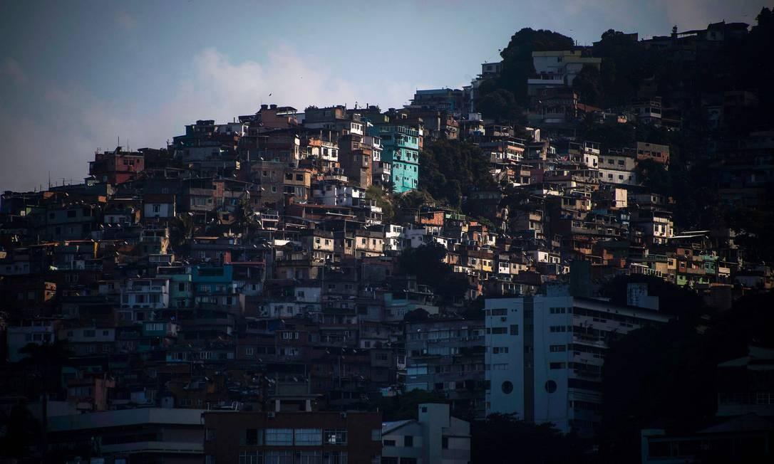 Vista da favela do Vidigal Foto: Mauro Pimentel em 2-6-2020 / AFP