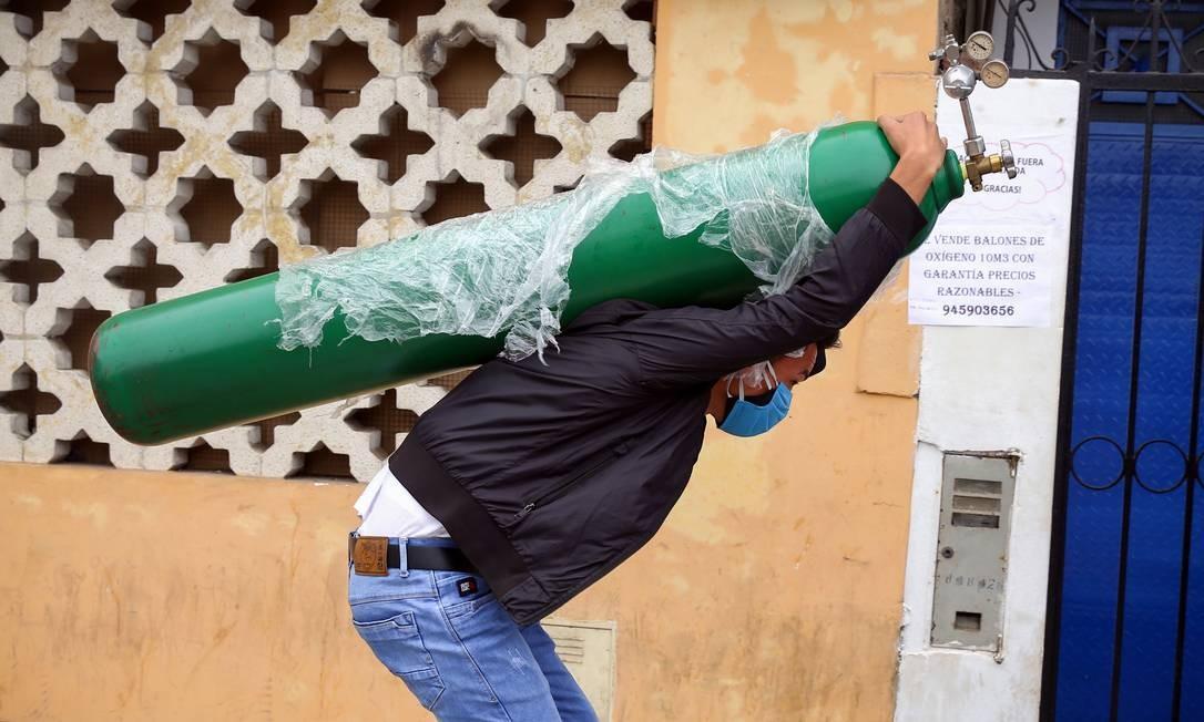 Peruanos têm comprado tanques de oxigênio no mercado ilegal para enfrentar a pandemia Foto: Getty Images