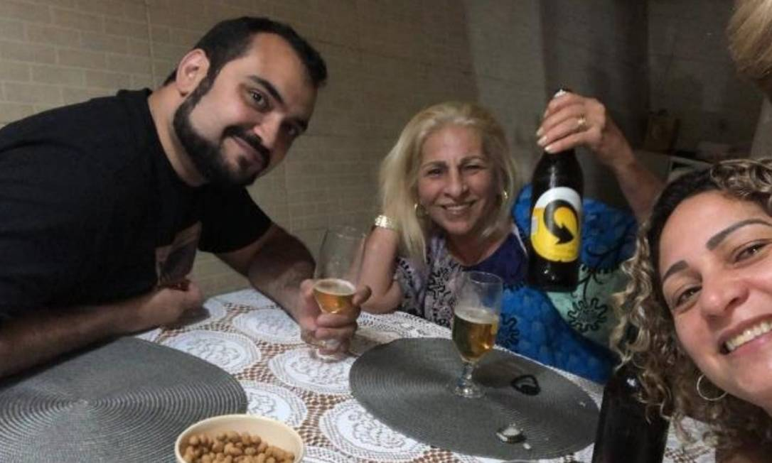 Encontro entre o advogado Luis Gustavo Botto Maia, a mãe do miliciano Adriano (com a garrafa de cerveja na mão) e a mulher de Queiroz Foto: Reprodução