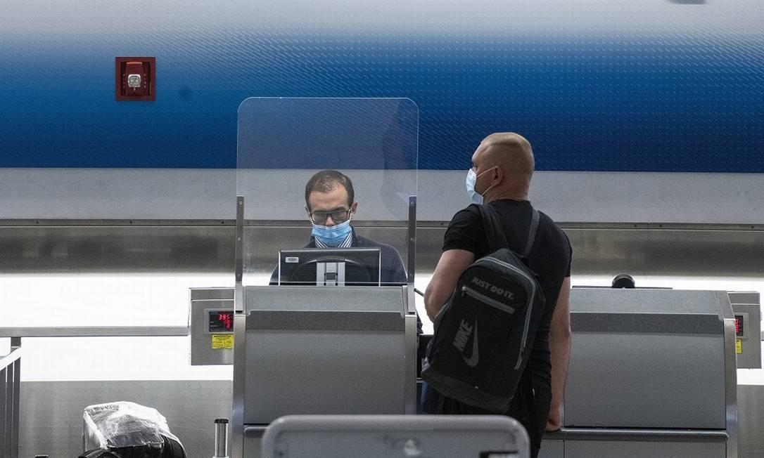 Passageiro faz check-in no aeroporto internacional de Miami, um dos destinos nos Estados Unidos que mais têm recebido turistas no pós-quarentena Foto: Josh Ritchie / The New York Times