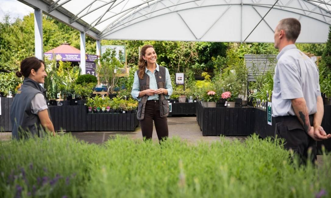 Kate quis ouvir das famílias que plantam flores por ali como a pandemia impactou seus negócios Foto: AARON CHOWN / AFP