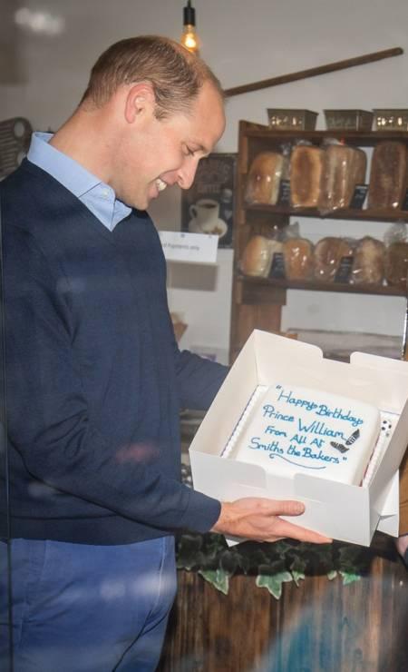 Numa das padarias em que visitou, William ganhou um bolo de aniversário. O príncipe completa 38 anos no dia 21 de junho Foto: AARON CHOWN / AFP