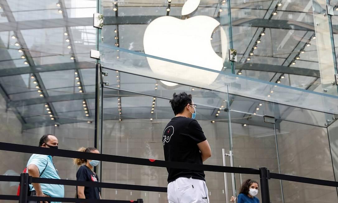 Fila para entrar em loja da Apple em Nova York: fechamento afetará 11 filiais nos Estados Unidos. Foto: BRENDAN MCDERMID / REUTERS